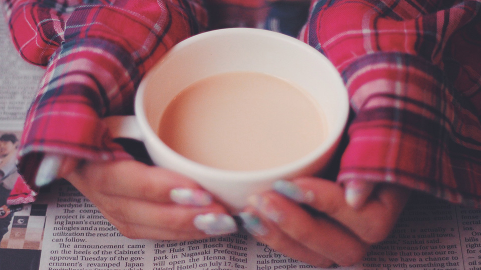 カフェでロイヤルミルクティーを飲む女の子