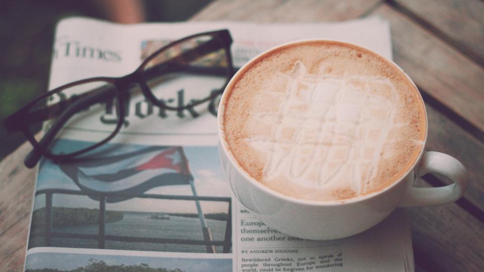 ハニーミルクラテと新聞とメガネ