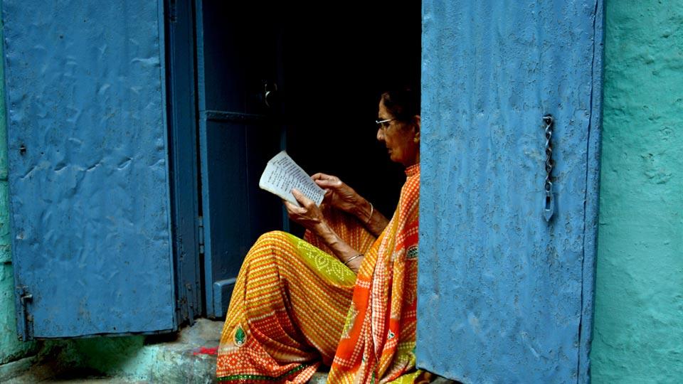 本を読む女性インド人